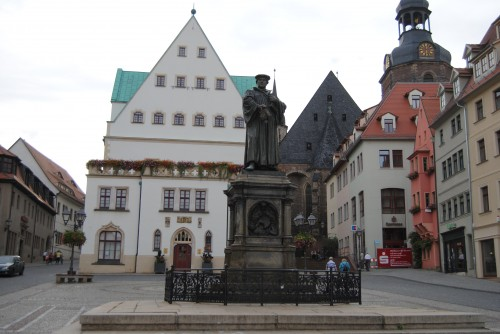 рыночная площадь с памятником и андреаскирхой
