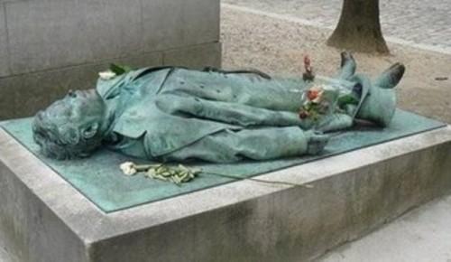 Памятник Виктору Нуару (Париж, Франция)
